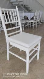 Cadeira de madeira branca com almofada