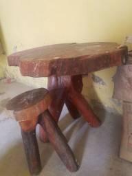 Mesa rústica de tronco de arvore com 1 banquinho  valor negociável
