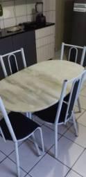 Mesa de mármore com 4 cadeira