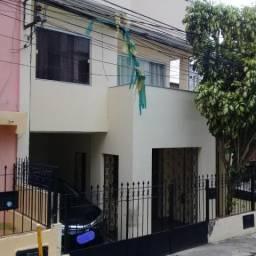 Casa com duas salas, quatro dormitórios, dois w.c sociais, área de serviço, garagem e cobe