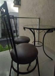 Mesa com duas cadeiras usada e em perfeito estado de conservação