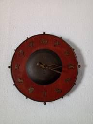 *Relógio de parede antigo, em madeira, zodíaco,*<br>