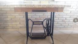Mesa de Granito projetada sobre pé de máquina de costura Mercswiss antiga
