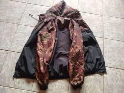 Jaqueta camuflada com preto.