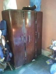 Guarda roupas antigo de madeira