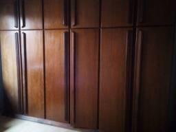 Guarda roupa  de madeira imbuia de 06 portas, maleiro com gavetas e divisões
