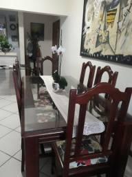 Vendo mesa de madeira maciça com seis cadeiras