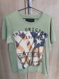 Título do anúncio: Camiseta Calvin Klein Usada