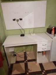 Mesa com painel