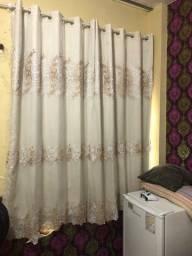 Vendo cortina de janela , bordada