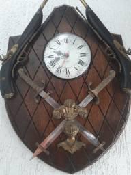 Quadro  de madeira encalhada com relógio
