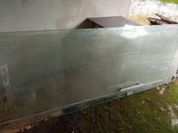 Porta de vidro pivotante.