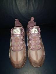 Tênis Nike Vapormax (12 mola) rosa e cinza.