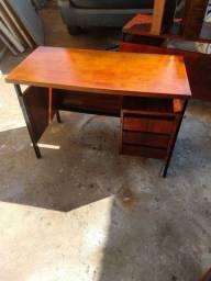 Escrivaninha reformada de madeira