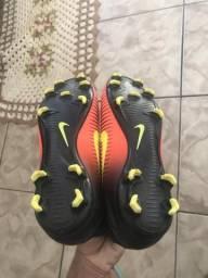 Chuteira de trava Nike botinha