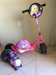 Patinete Rosa 3 Rodas, bolsinha Barbie, capacete Hello Kitty, joelheiras,cotoveleiras