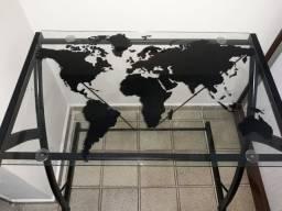 Mesa de vidro com Mapa Mundi ilustrado.