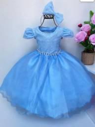 Vestido de luxo acompanha tiara