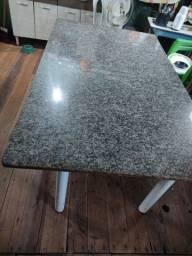 Mesa tubolar com tampa de mármore