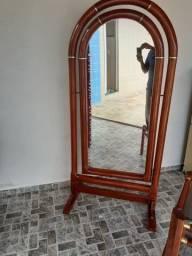 Lindo espelho com moldura em madeira