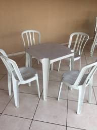 Jogo de mesa e cadeiras R$150,00