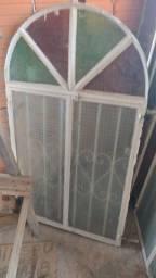 Três janelas de ferro com vidros e duas portas