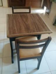 Título do anúncio: Mesa pequena 0.65 x 0.60 2 cadeiras macisas *