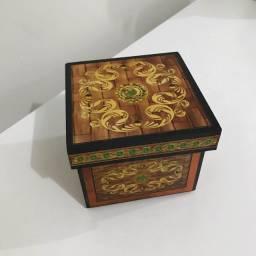Caixa artesanal de madeira
