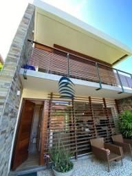 Excelente casa em condomínio fechado no Itaigara, cercada de verde com um belo jardim