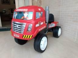 Caminhão dos bombeiros com pedal