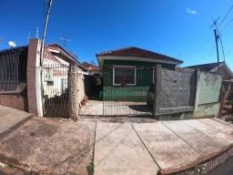 Casa com 2 dormitórios à venda, 63 m² de área construída, com edícula no fundo por R$ 240.
