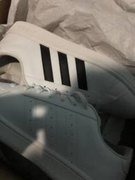 Tênis branco da adidas