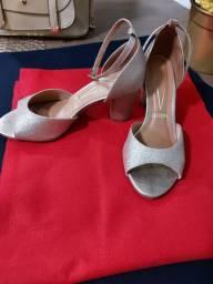 Vendo elegante sandália dourada