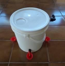Reservatório De Água Com Boia e 4 Bebedouros Automáticos Tipo Copinho Para Aves