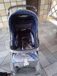 Carrinho de bebê Burigotto e uma cadeirinha de balanço e um porta banheira ..