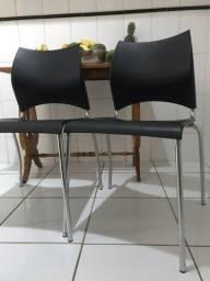 Cadeiras pretas com encosto anatômico