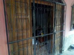 Porta de madeira e gradeado