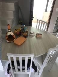Mesa com apenas 4 cadeiras/bem conservada
