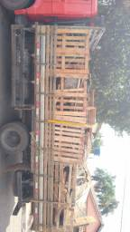 Caminhão 3/4 cheio , Lenha resto de construção