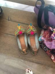 Bolsa e sapatos indianos