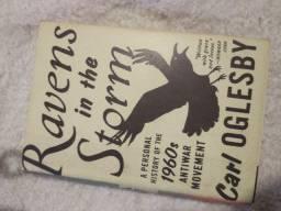 Livro raridade Ravens in the storn Carl oglesby Desapego