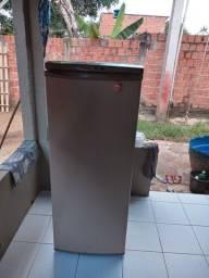 Vendo uma geladeira muito boa gás trocado a dois meses muito boa. Valor 250