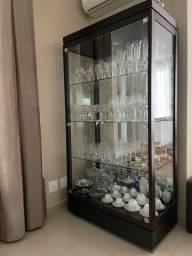 Cristaleira de madeira com fechamento em vidro e espelho no fundo - Móveis Sier