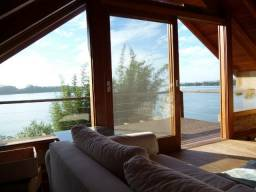 Cabana charmosa na beira da água e com linda vista