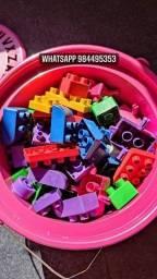 Blocos de montar balde com 100 peças.