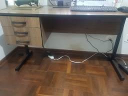 Escrivaninha com gaveta chaveada