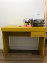 Escrivaninha amarela