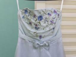Vestido de festa azul claro com flores bordadas