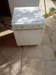 Uma máquina de lavar louças lava e seca