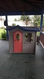 Vendo casinha de brinquedo para criança (Possui avarias)